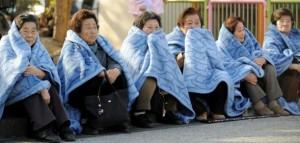 donne-in-fila-sul-marciapiede
